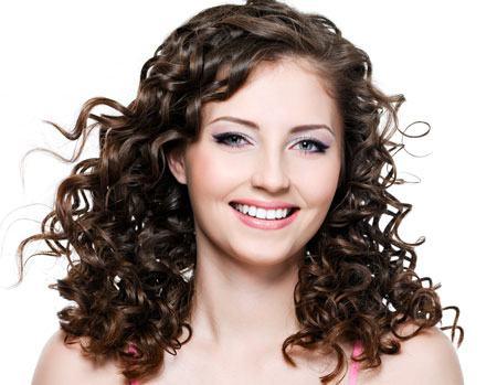 cabelos cacheados com franja lateral
