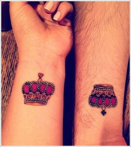 tatuagem de coroa de casal