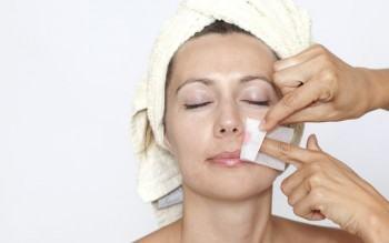 depilando o rosto com cera