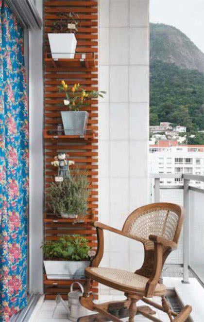 horta na sacada de apartamento pequena e bonita 420x662 - HORTA VERTICAL PARA SACADA do apartamento, veja