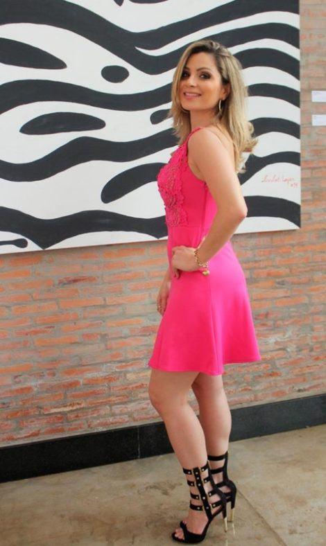 vestido pink com gladiadora de salto 470x788 - SANDÁLIAS GLADIADORAS DE SALTO com saia, calça, shorts e vestido