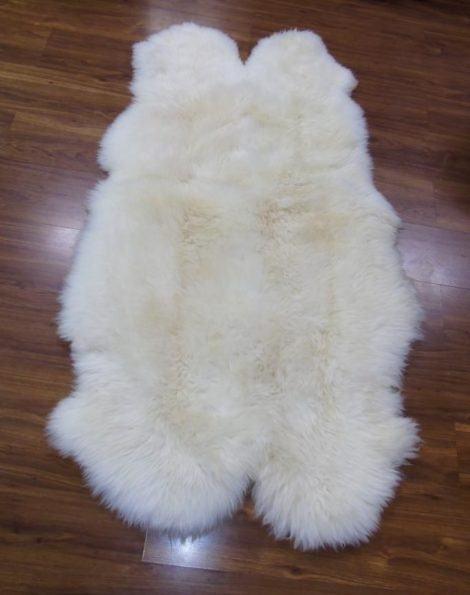 tapete pele de carneiro deforme para decorar a casa 470x595 - TAPETE DE PELE DE CARNEIRO decoração e conforto pra sua casa