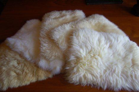 tapete pele de carneiro pequeno para debaixo da cama 470x312 - TAPETE DE PELE DE CARNEIRO decoração e conforto pra sua casa