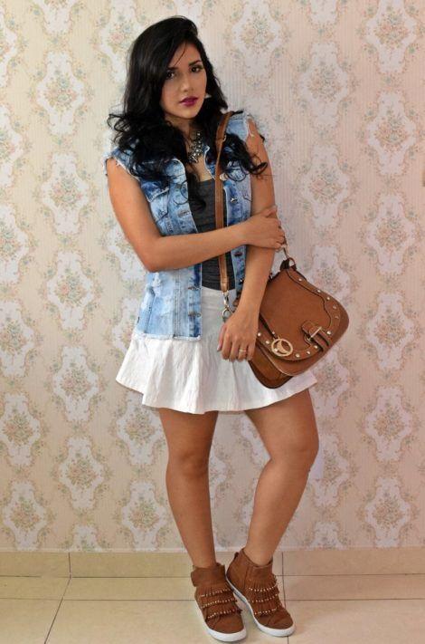 colete jeans com saia 3 470x711 - Colete Jeans Feminino Confira como Combinar com Tudo