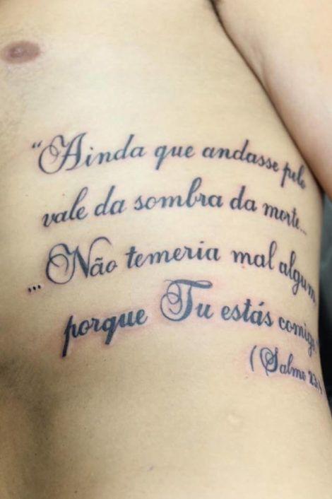 tatuagem com texto biblico na costela 470x706 - Tatuagem Religiosa (Tipos e áreas do corpos com a tattoo )