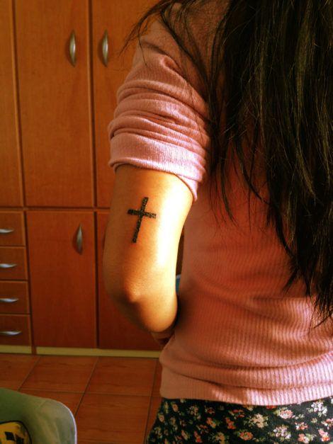 tatuagem de cruz no braco 5 470x627 - Tatuagem Religiosa (Tipos e áreas do corpos com a tattoo )